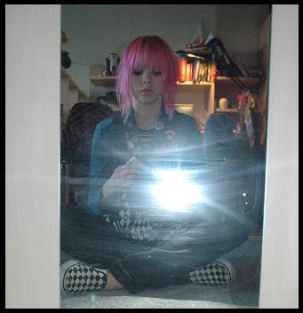 Sommer 2007, og ROSA hår. Blå jakke med massevis av buttons, trange jeans og sneakers. Jeg var ikke så vanskelig å få øye på, egentlig..