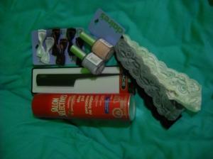 Hårspenner, neglelakk, hårbånd, hårspray og kam. Hurra for stort hår!